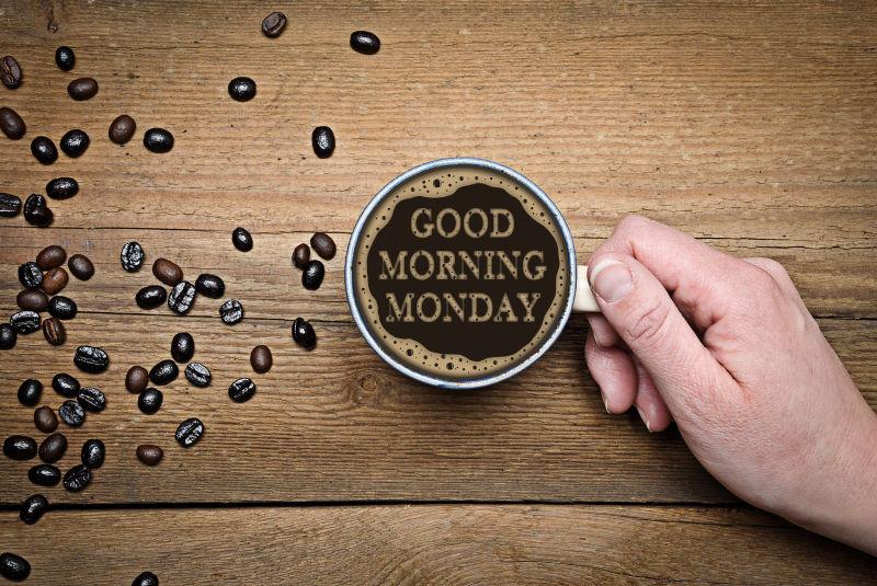 桌子上的咖啡里写着星期一早上好