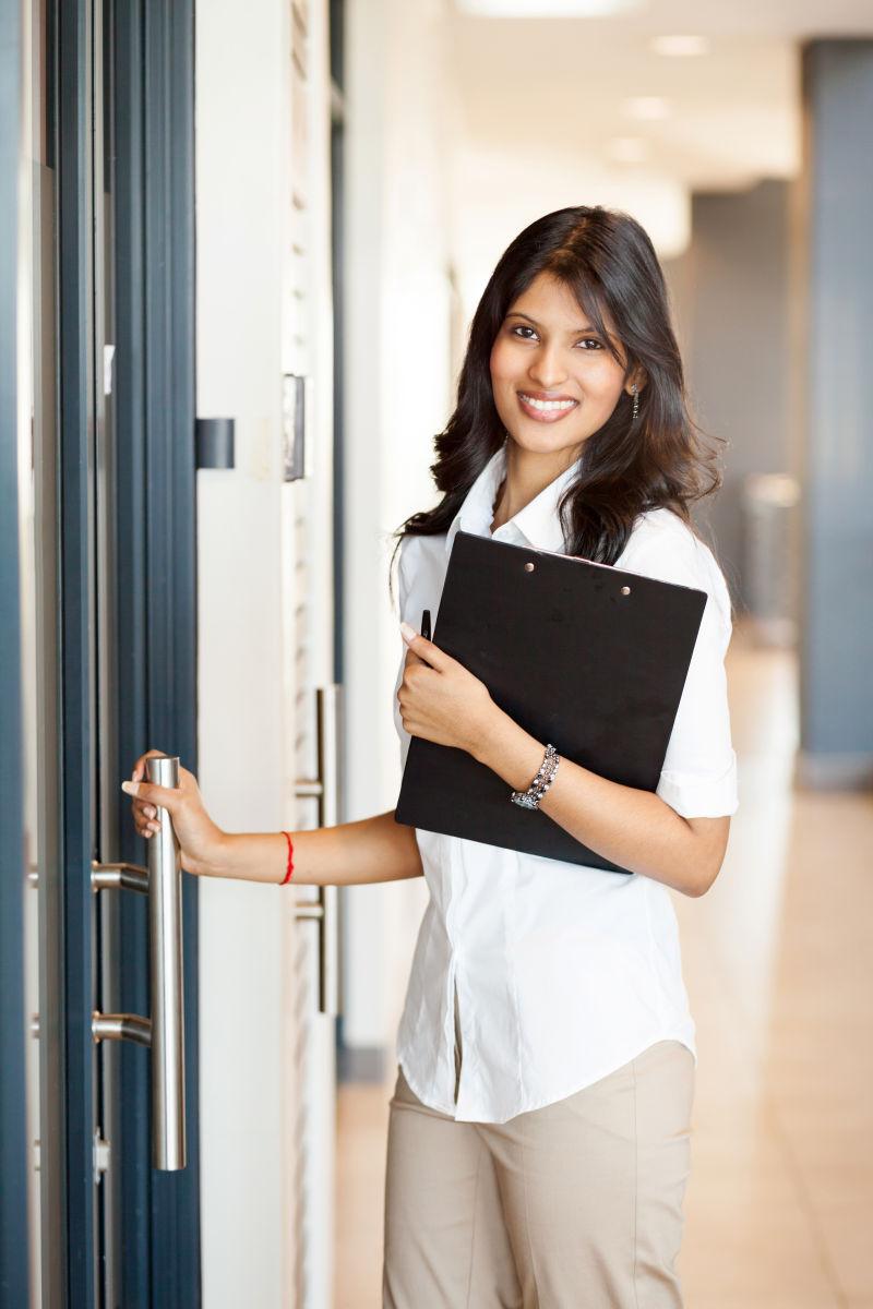 年轻女营业员准备开门