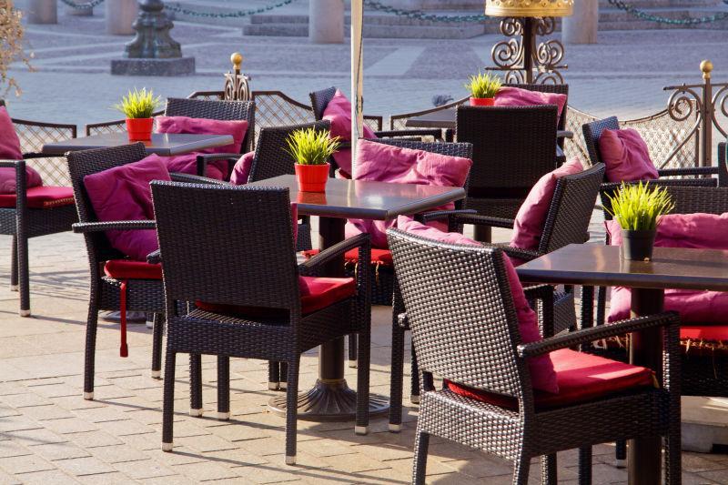 摆放在咖啡馆外的桌椅