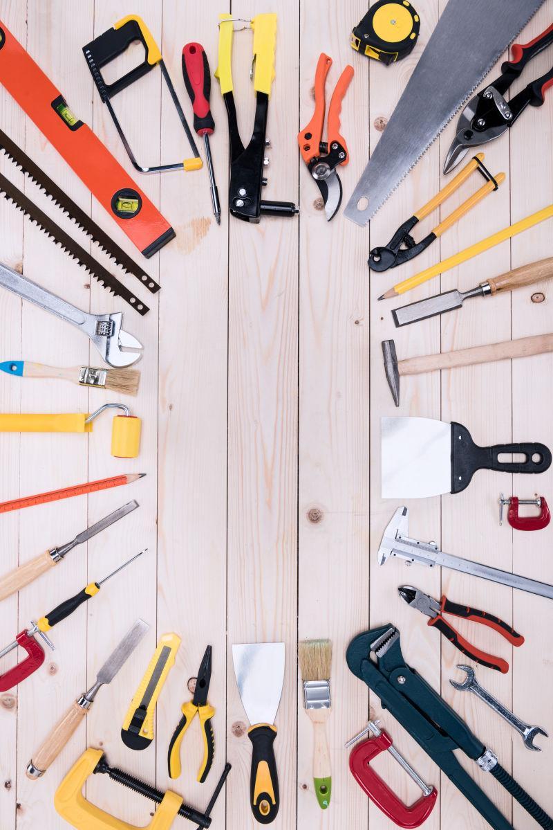 木桌面上摆放着齐全的木工工具