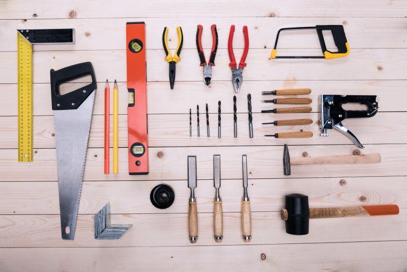 木桌面上的各种修理工具