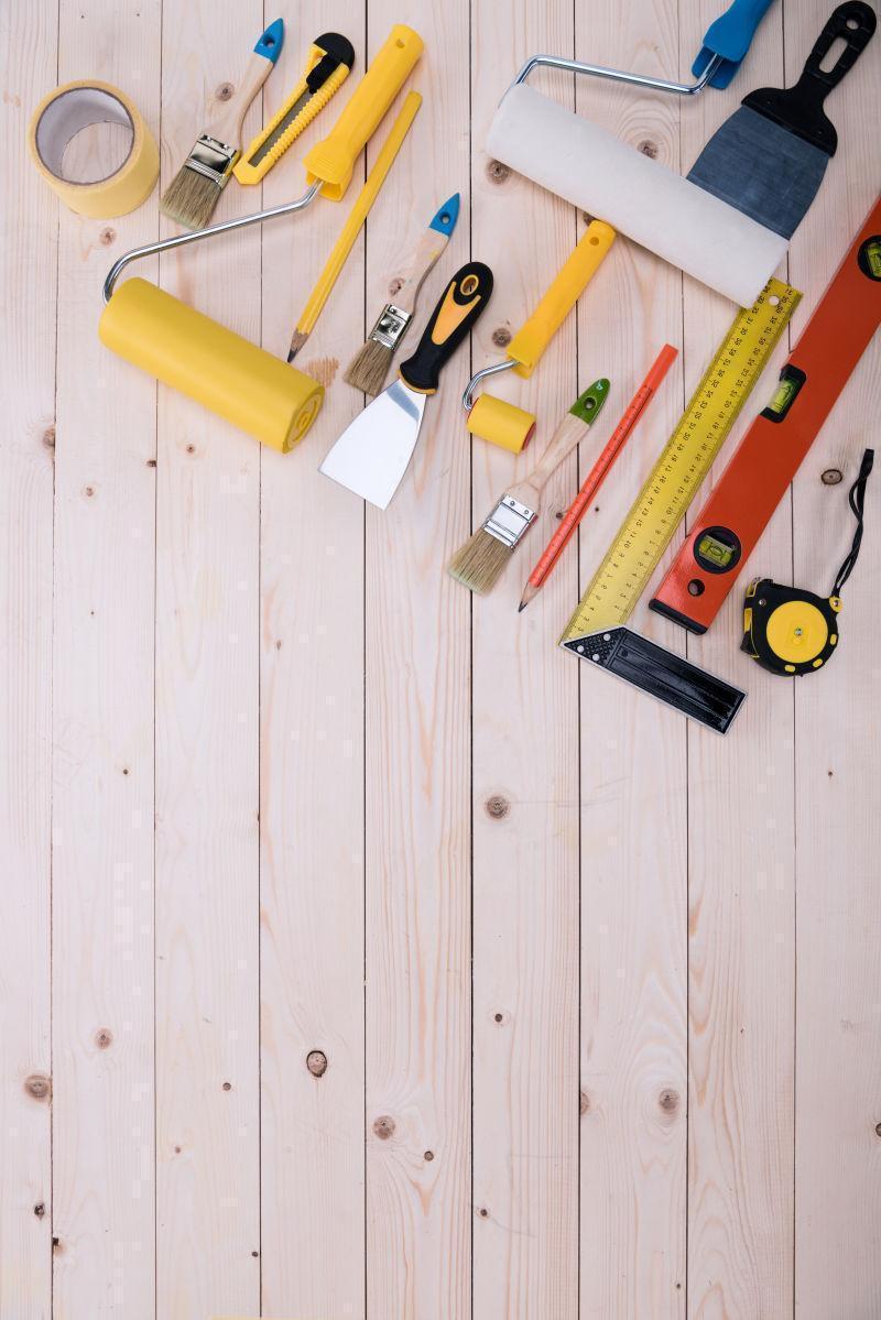 桌面上的摆放着的木工修理工具