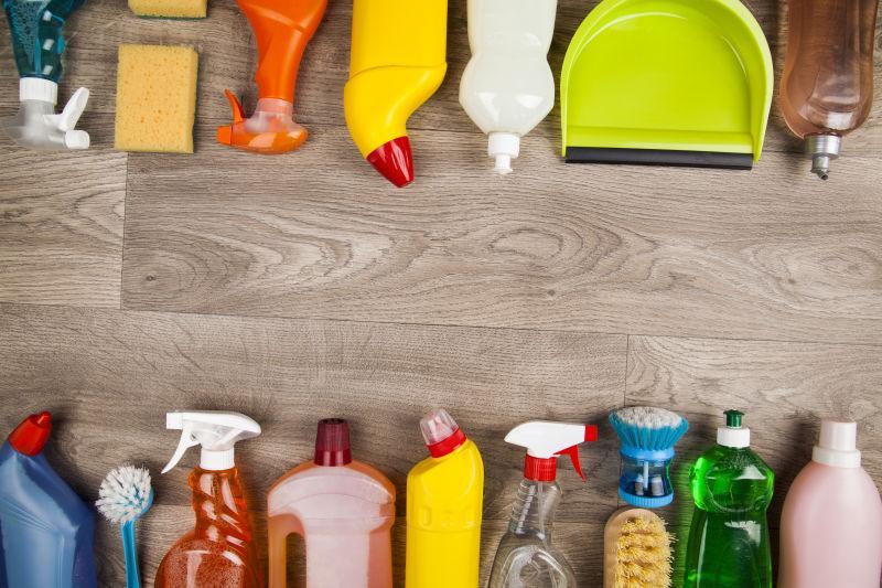 木桌上的清洁用品