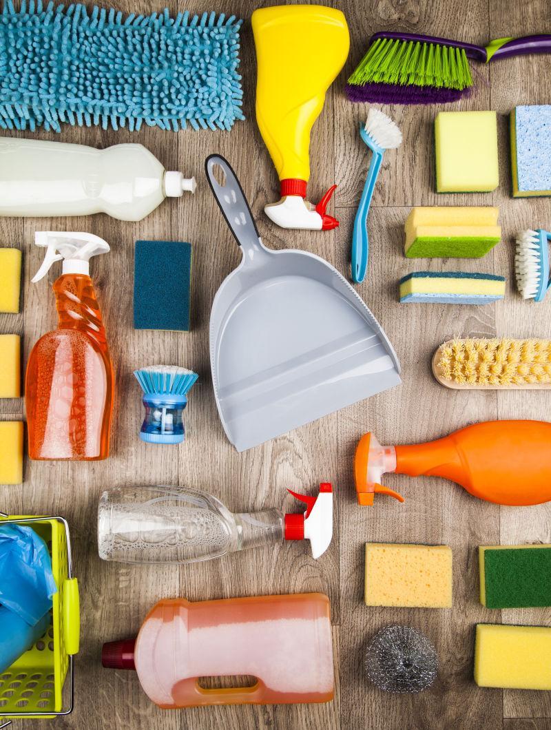 木桌上的家居清洁用品