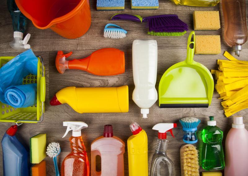 平铺在桌子上的家居清洁用品
