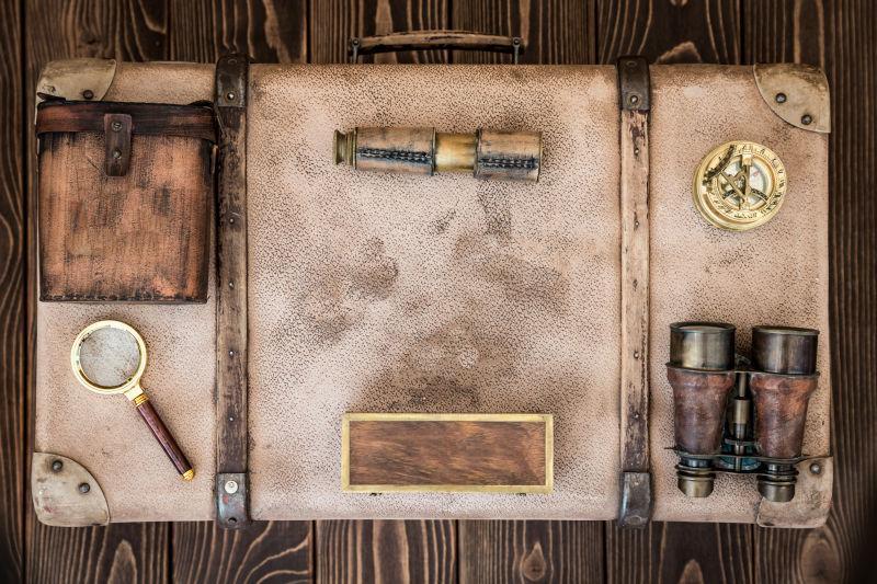 旧旅行箱上的航海用品