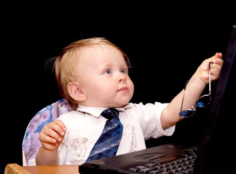 儿童椅里拿着墨镜的宝宝