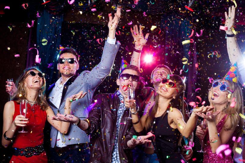 狂欢派对的年轻人