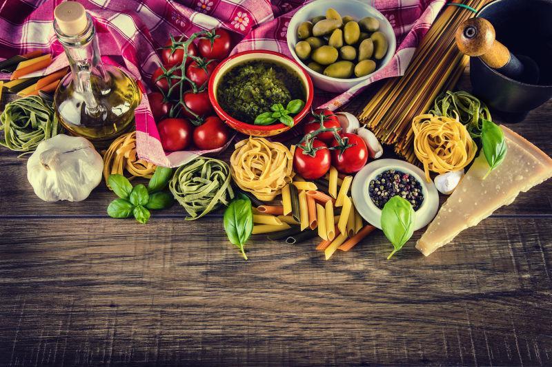 木桌上的意大利面和各种调味料