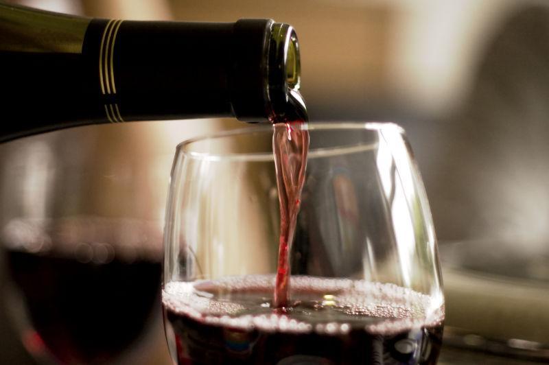 向高脚杯中注入红葡萄酒