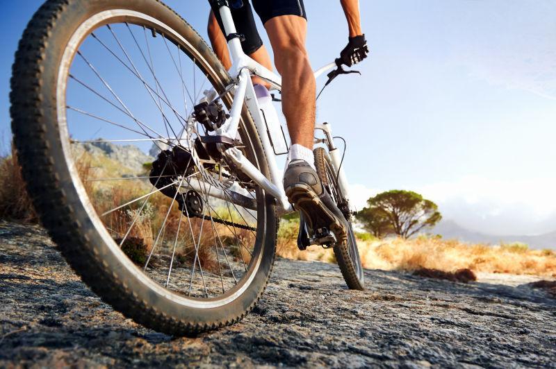 骑行健身的冒险者