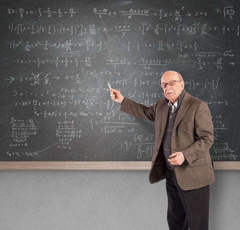 老年数学教师在学校讲课