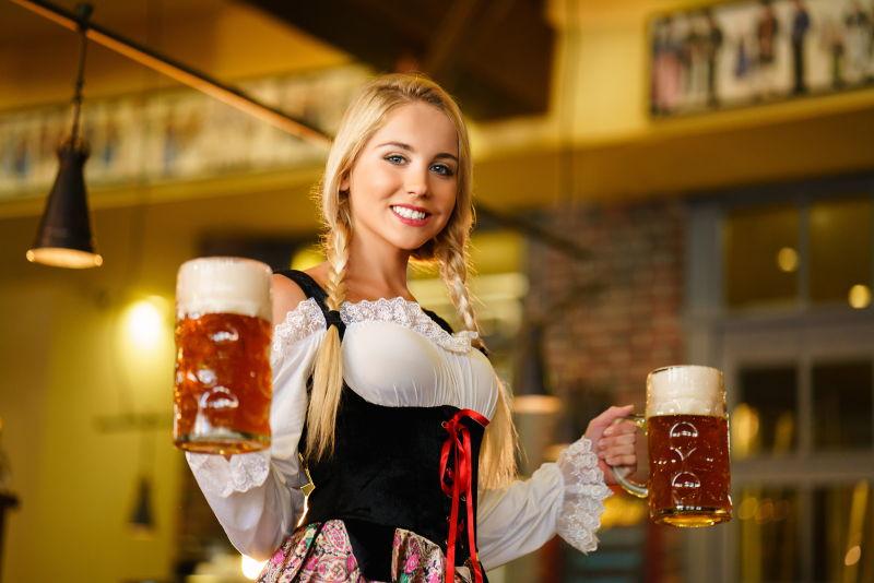 酒吧里端着啤酒的金发美女