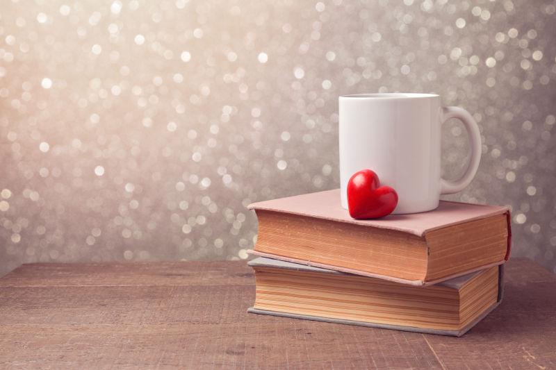 书本上爱心和茶杯