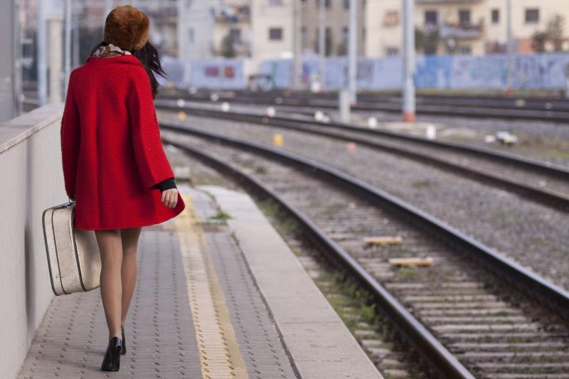 穿着高跟鞋的美女在车站
