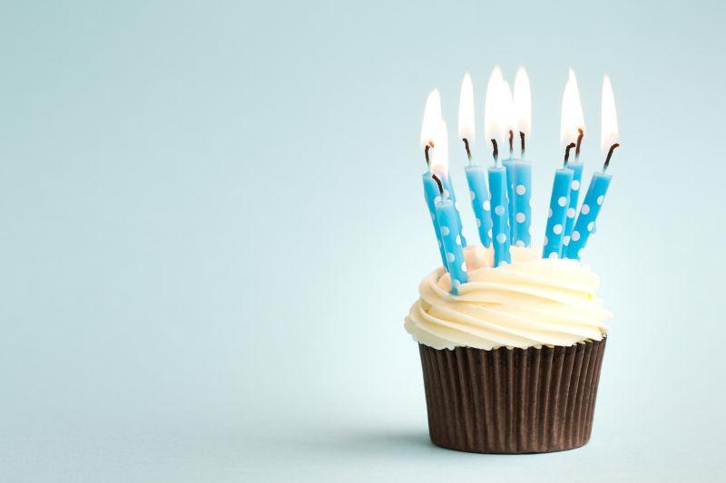插满蜡烛的纸杯生日蛋糕