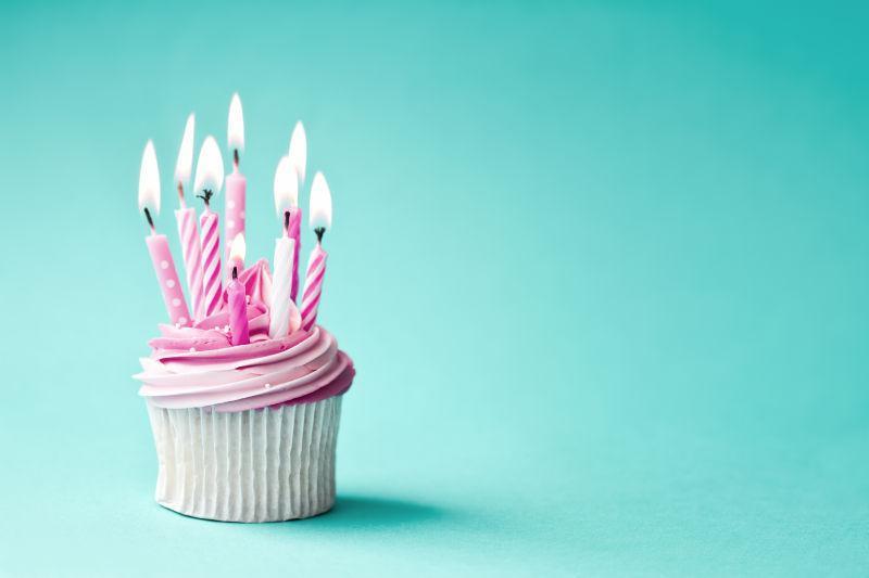 有蜡烛的生日蛋糕