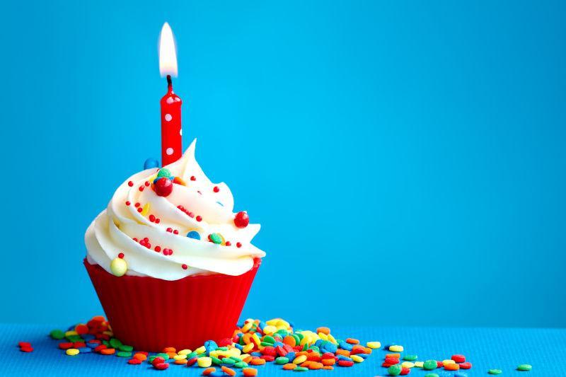 红色纸杯生日蛋糕