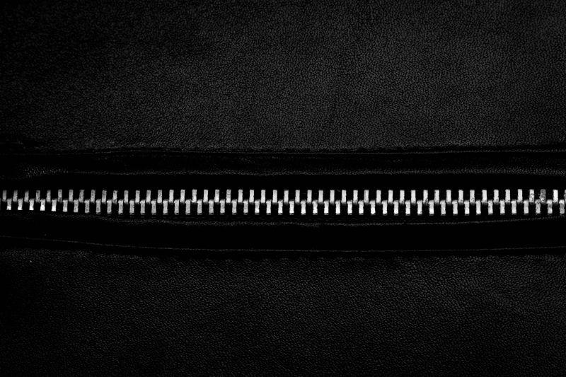 黑色皮革与金属拉链