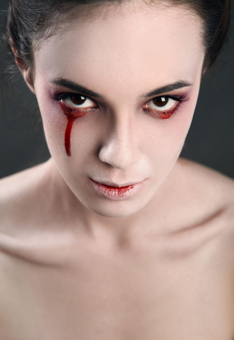 女人流着血泪的眼睛