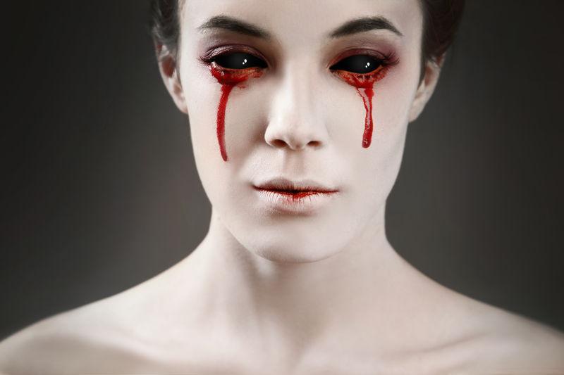流着血泪的双眼