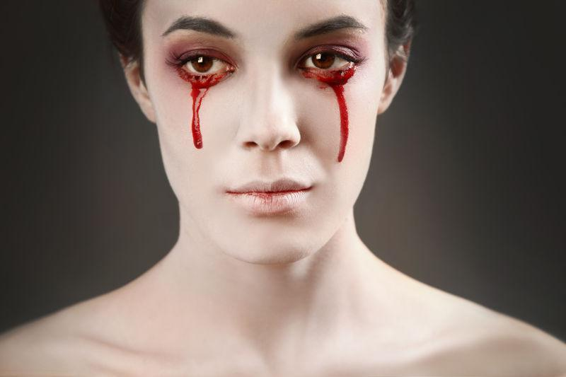 两眼流着鲜血的美女