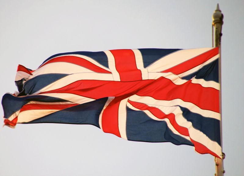 白色背景下迎风飘扬的英国国旗