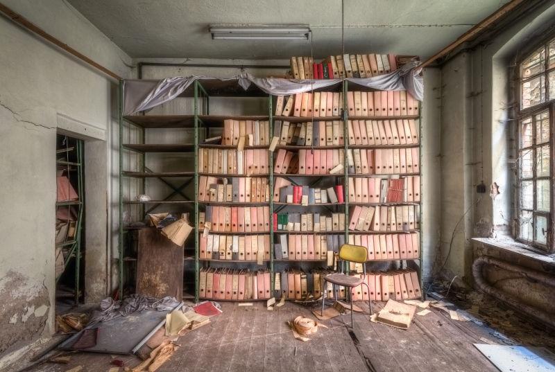废弃的陈旧的档案室
