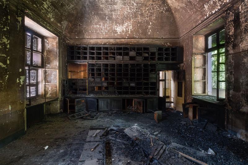 废弃的烧毁的陈旧档案室