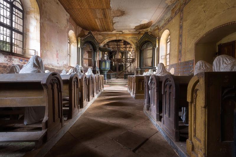 年久失修教堂和幽灵人物石膏