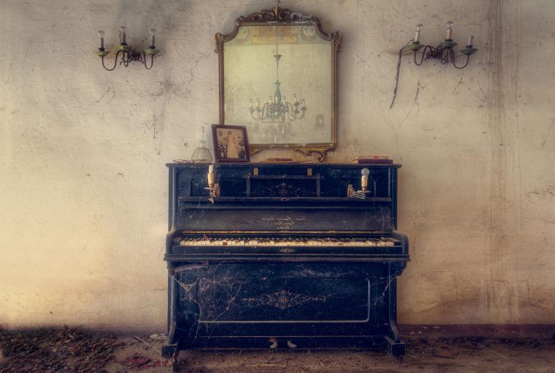 破旧的房间里的废弃的钢琴