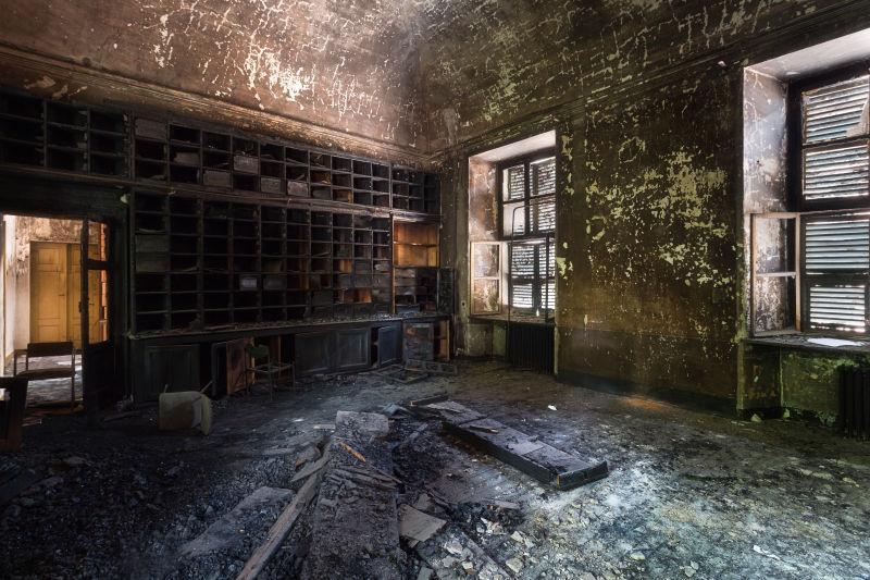 废弃的烧毁档案室
