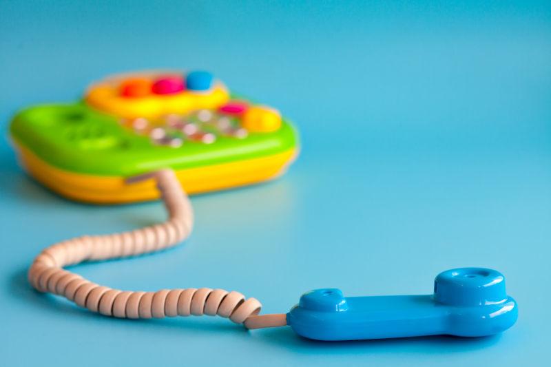 蓝色背景上的玩具电话