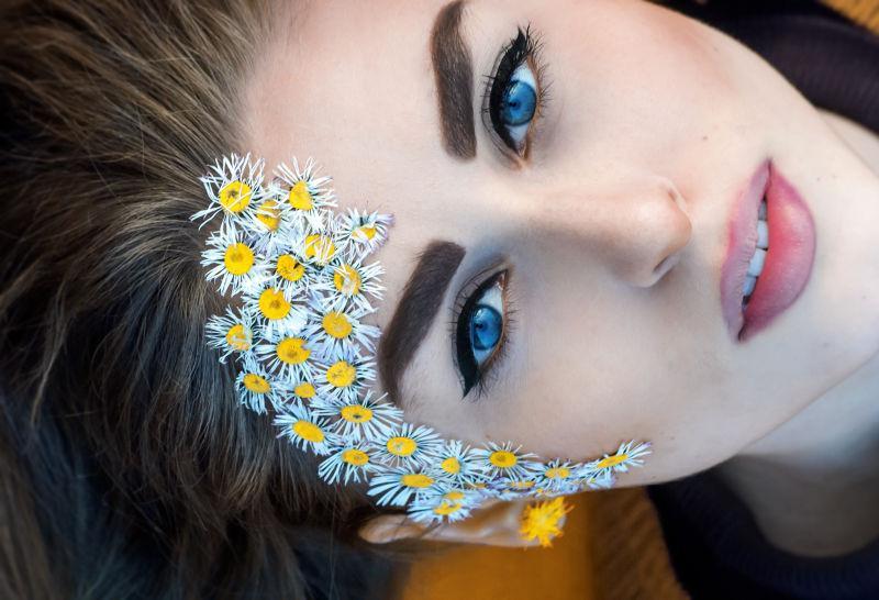 一个美丽的蓝眼睛女孩