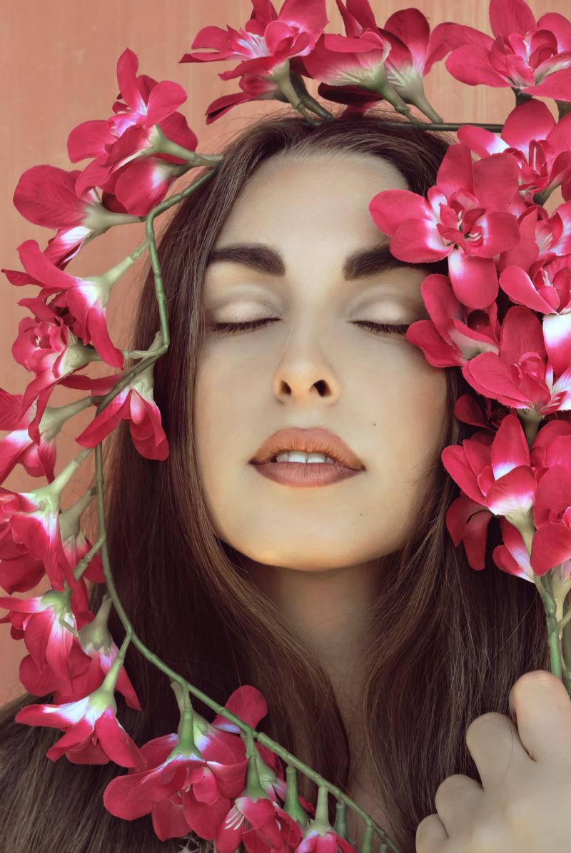闭着眼睛的美女与花朵