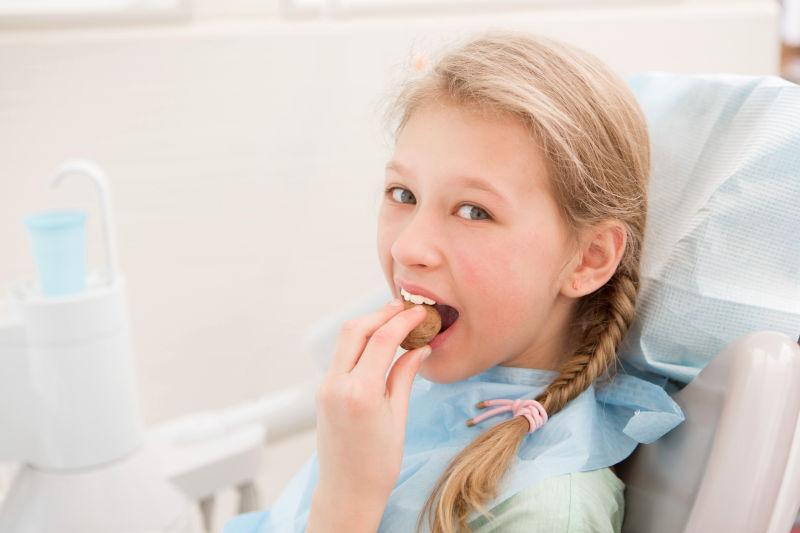 菱镜背景_牙齿模型刷牙图片-为牙齿模型刷牙的牙医素材-高清图片-摄影 ...