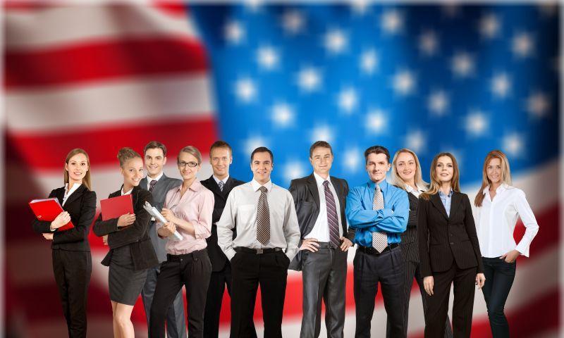 美国国旗背景下的公务人员