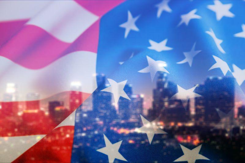 美国国旗下夜晚的城市