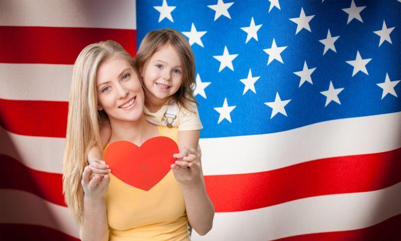 美国国旗背景下的金发母女