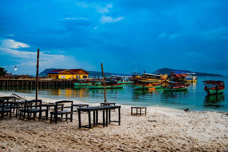 蓝天下海水中的船只和海滩