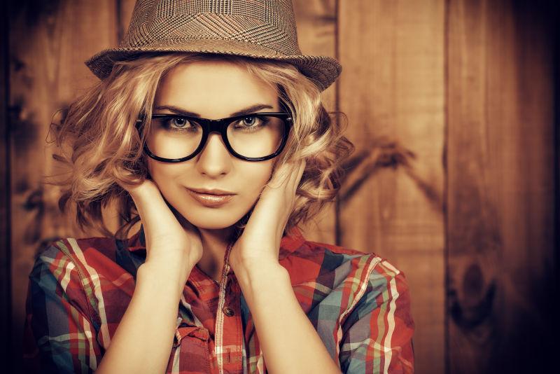 戴帽子和戴眼镜的漂亮女孩