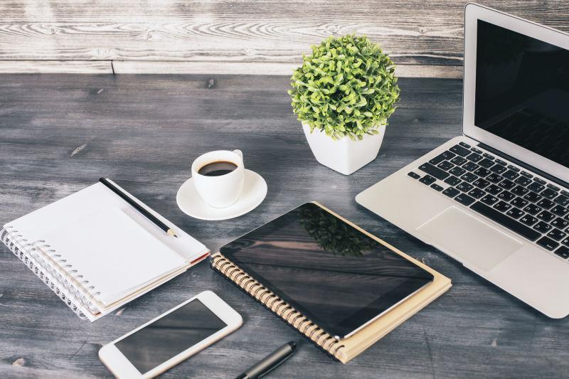办公桌上的笔记本和各种办公用品