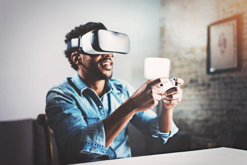在家戴着VR眼镜玩游戏的男人