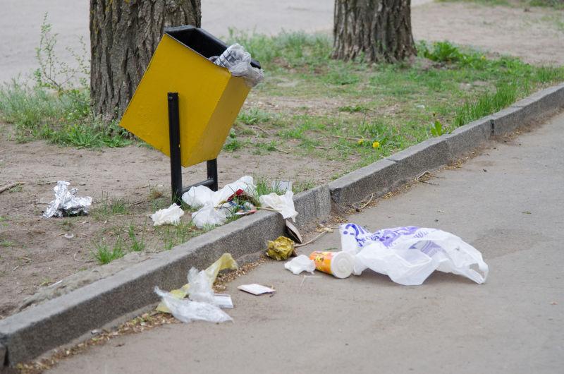 垃圾散落在垃圾桶周围