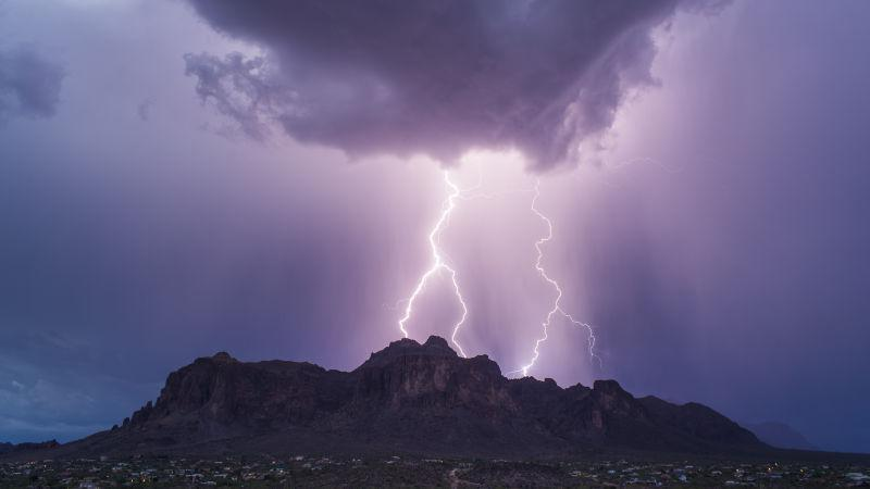 在夏季的黑暗的雷雨天气