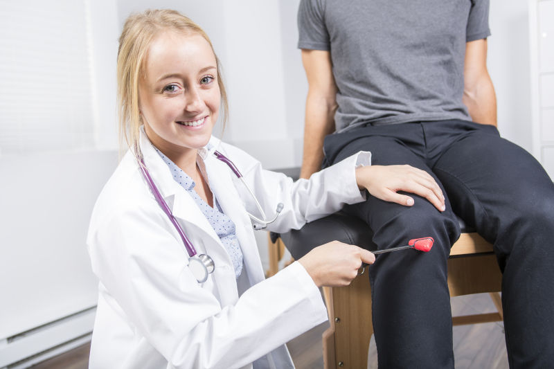 女医生正在接受病人的膝盖