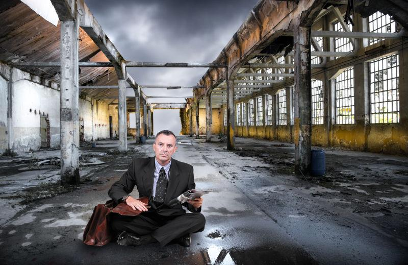 坐在废弃房子里的男人