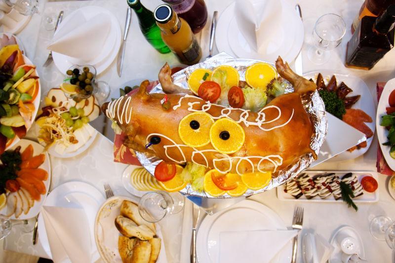 盘子里美味的烤小猪仔