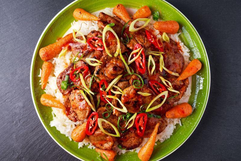 一盘炒猪肉配米饭