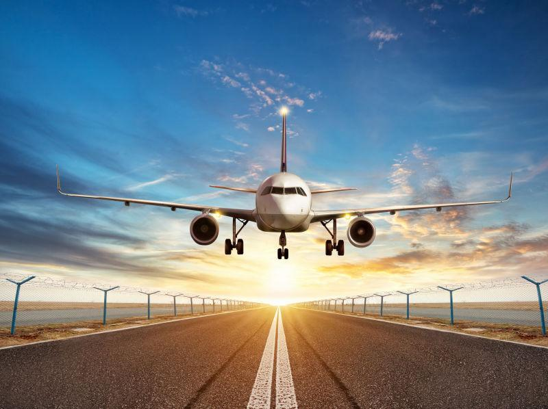 日落时跑道上起飞的飞机